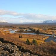 Þingvellir nationalpark ligger lige hvor to kontinentalplader skilles. Pladerne bevæger sig ca. en tomme væk fra hinanden om året. Det er bl.a. med til at skabe mange af de 'fissures' eller sprækker som vi snorklede i.